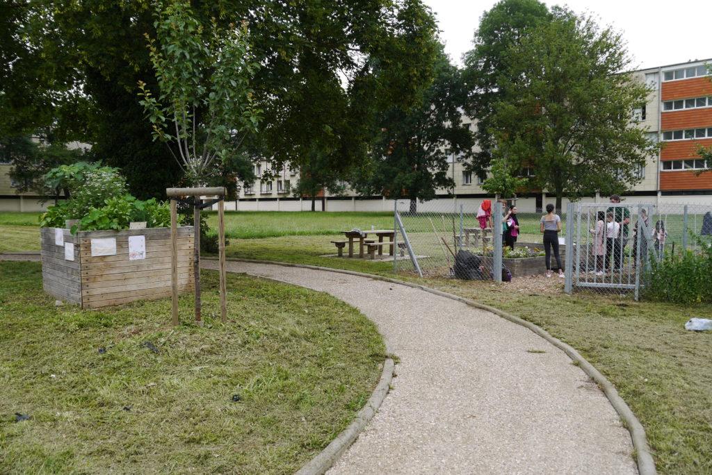 Photo de Bellecroix sur laquelle on voit des arbres, de la verdure et une barre d'immeuble
